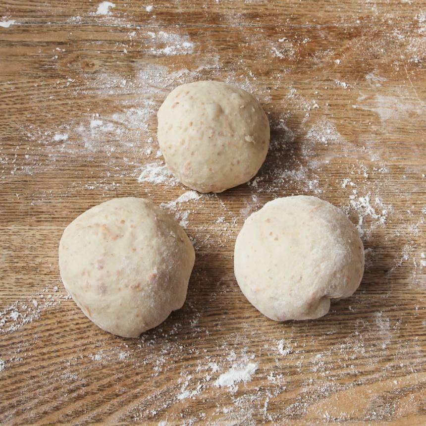 2. Dela degen i 12 bitar och forma dem till runda bollar.