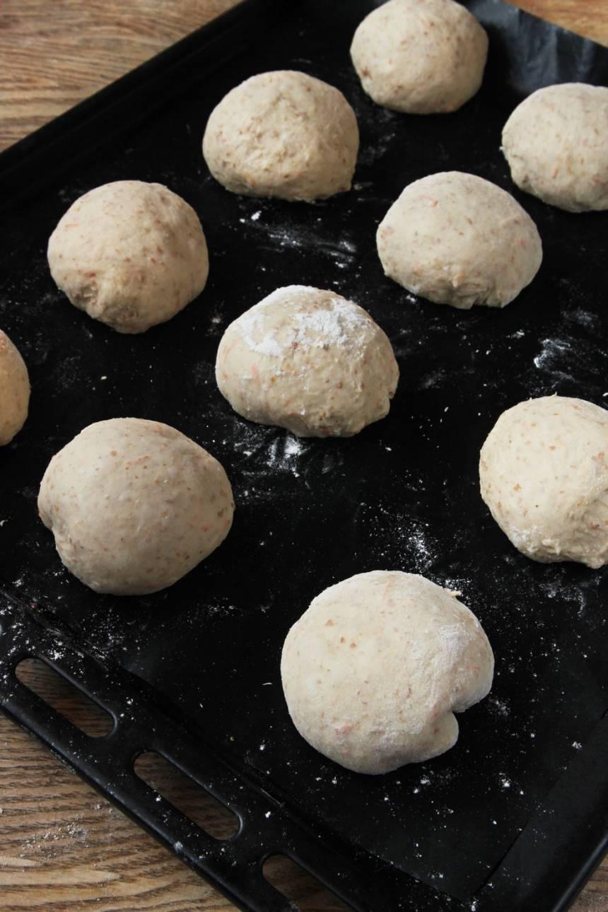 3. Lägg degbollarna på en plåt med bakplåtspapper. Låt dem jäsa övertäckta i kylen över natten.