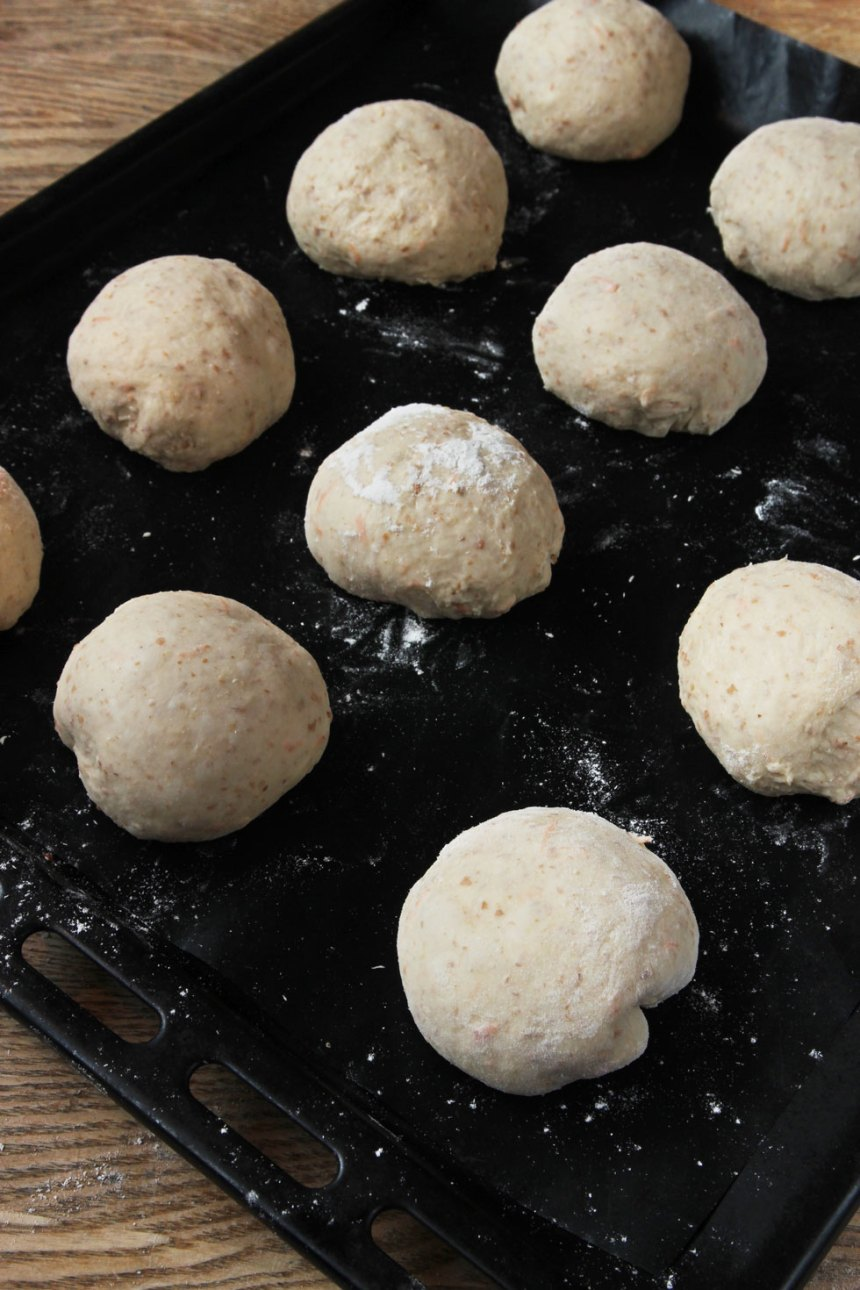 3. Lägg degbollarna på en plåt med bakplåtspapper. Låt dem jäsa under bakduk i ca 30 min. Sätt ugnen på 250 grader.