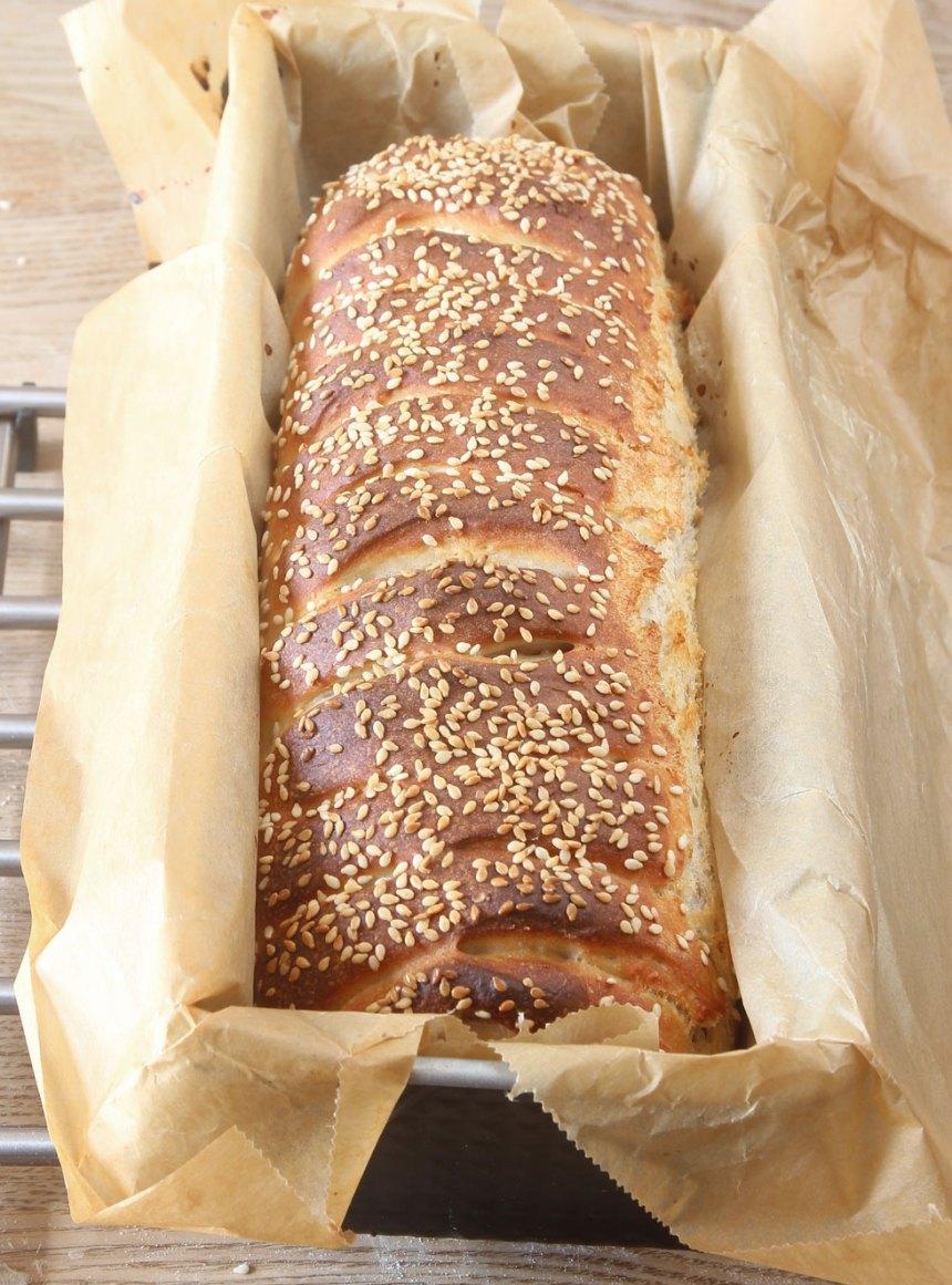 6. Grädda brödet längst ner i ugnen i 25–30 min. Sänk värmen till 225 grader när du sätter in brödet. Låt limpan svalna i formen.