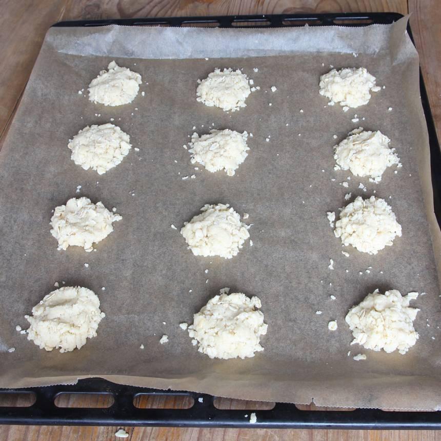 2. Klicka ut runda kakor, ca 1 msk deg till varje. Kläm till dem försiktigt till små bollar och platta till dem lätt, men inte för mycket så degen blir för kompakt.