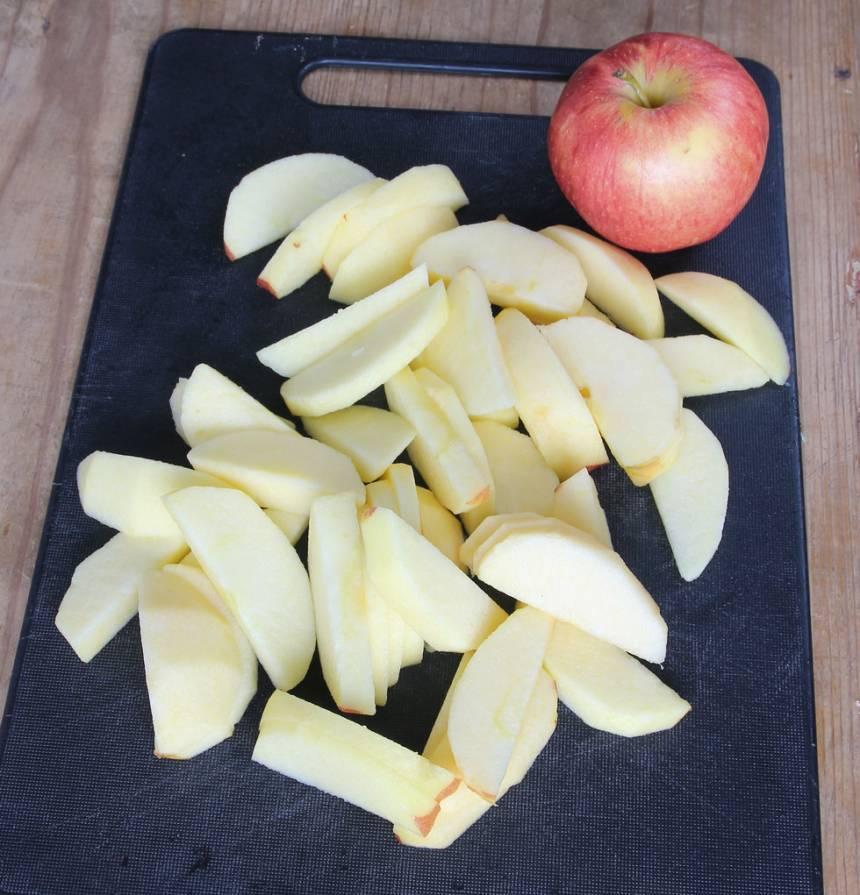 1. Sätt ugnen på 225 grader. Skala äpplena och skär dem i skivor.