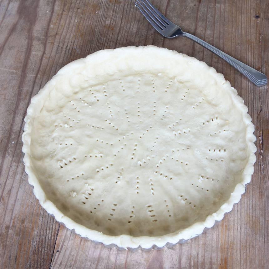 2. Tryck ut degen i en pajform, 24–25 cm i diameter (även på kanterna). Nagga degen i botten med en gaffel och ställ den i kylen i ca 30 min.
