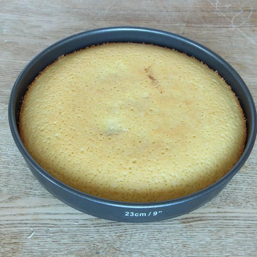 3. Grädda kakan mitt i ugnen i 18–24 min beroende på hur kladdig du vill ha den. Låt den svalna i formen. Pudra kakan med florsocker före servering.