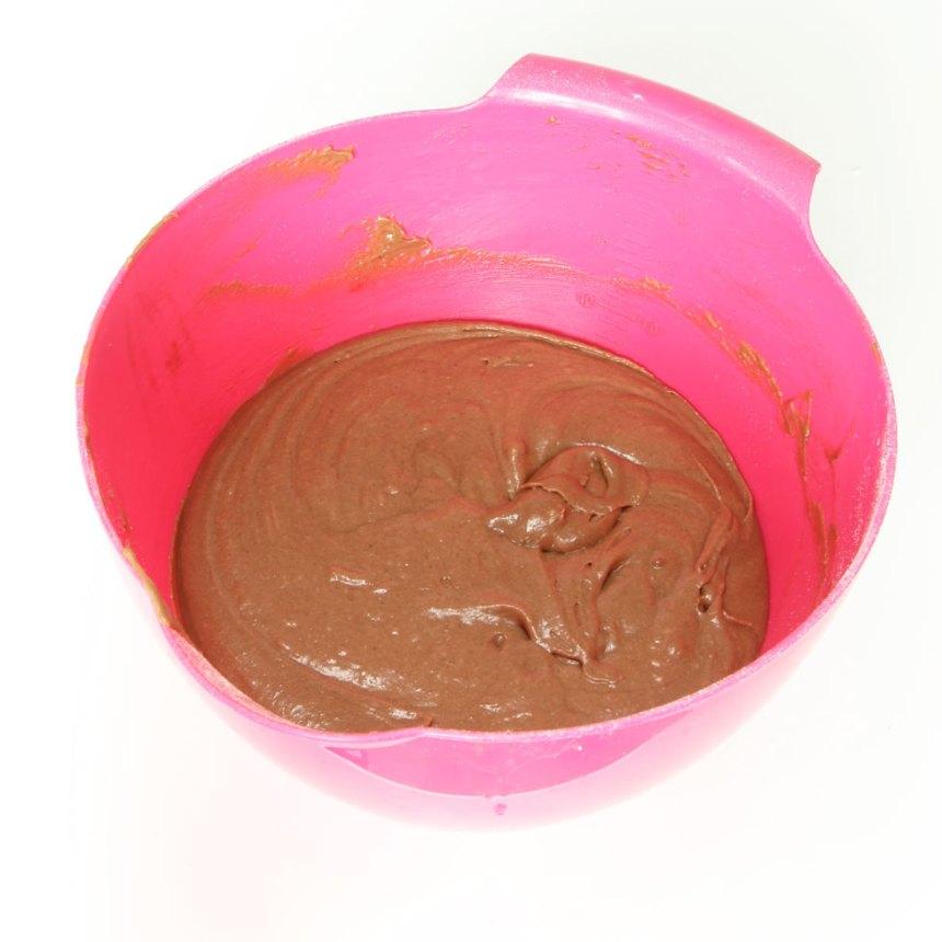 1. Sätt ugnen på 180 grader. Vispa ägg och strösocker poröst i en bunke. Blanda kakao, vetemjöl, bakpulver och rör ner det i äggblandningen ihop med smör och mjölk. Vispa ihop allt till en slät smet.