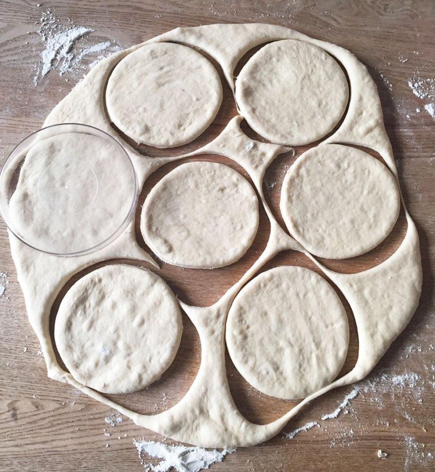 3. Stansa ut runda brödkakor i degen, 10–12 cm i diameter med en kakform, ett stort glas eller rund skål.