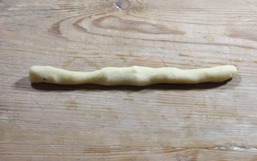 2. Dela degen i ca 25 lika stora bitar. Rulla dem till längder, 15–18 cm.