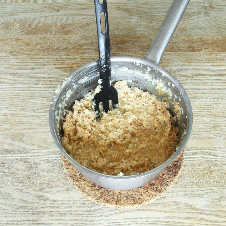 4. Kokostosca: Blanda ihop alla ingredienserna i en kastrull. Låt den puttra på spisen i ca 15 min.