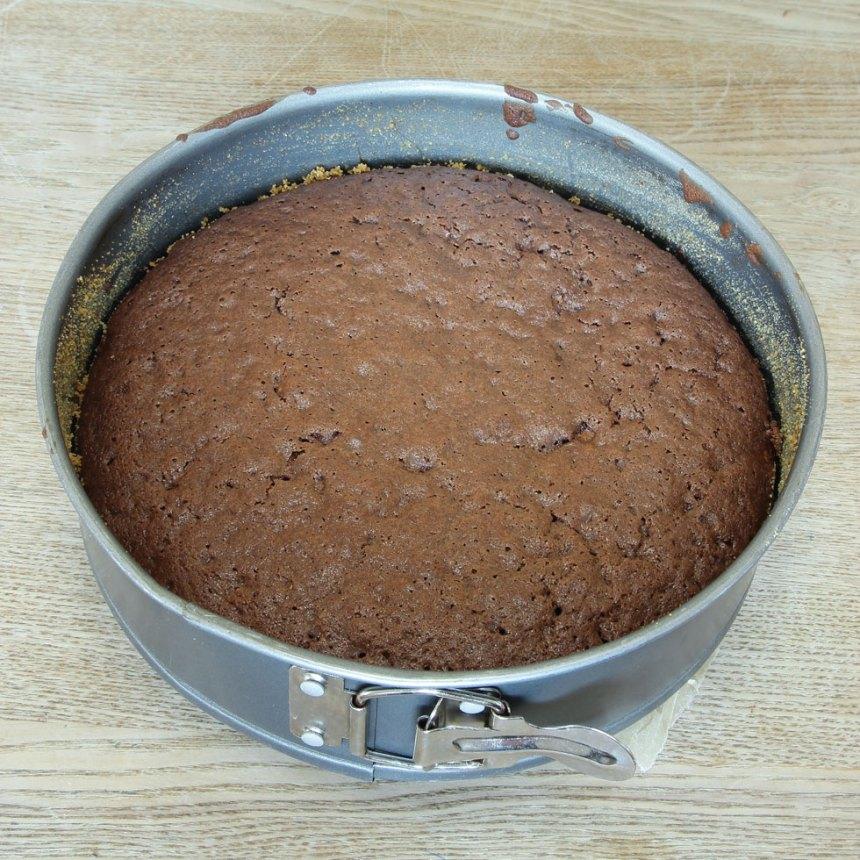 5. Grädda kakan mitt i ugnen i ca 25–28 min. Låt den kallna i formen.