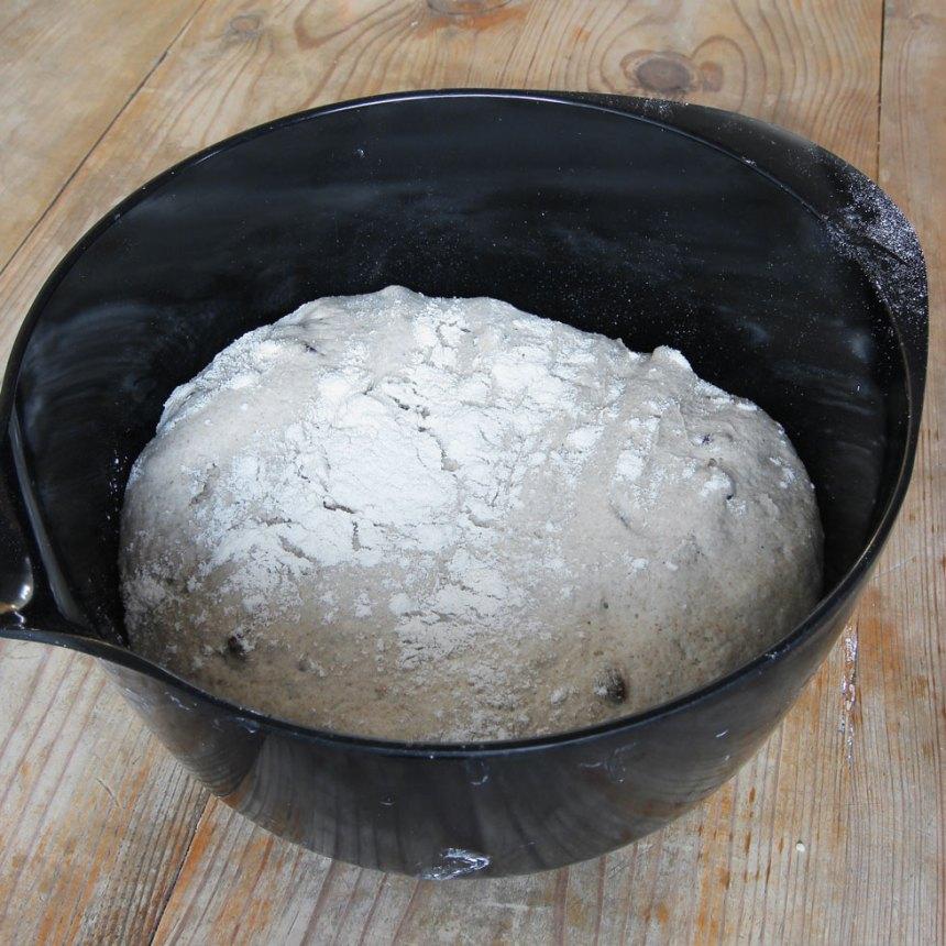 1. Smula ner jästen i en bunke. Tillsätt mjölk och blanda tills jästen lösts upp. Tillsätt salt, rågsikt och vetemjöl, lite i taget. Blanda ihop allt till en smidig deg och knåda den i några minuter. Knåda sist in russinen i degen. Låt degen jäsa under bakduk i ca 45 min.