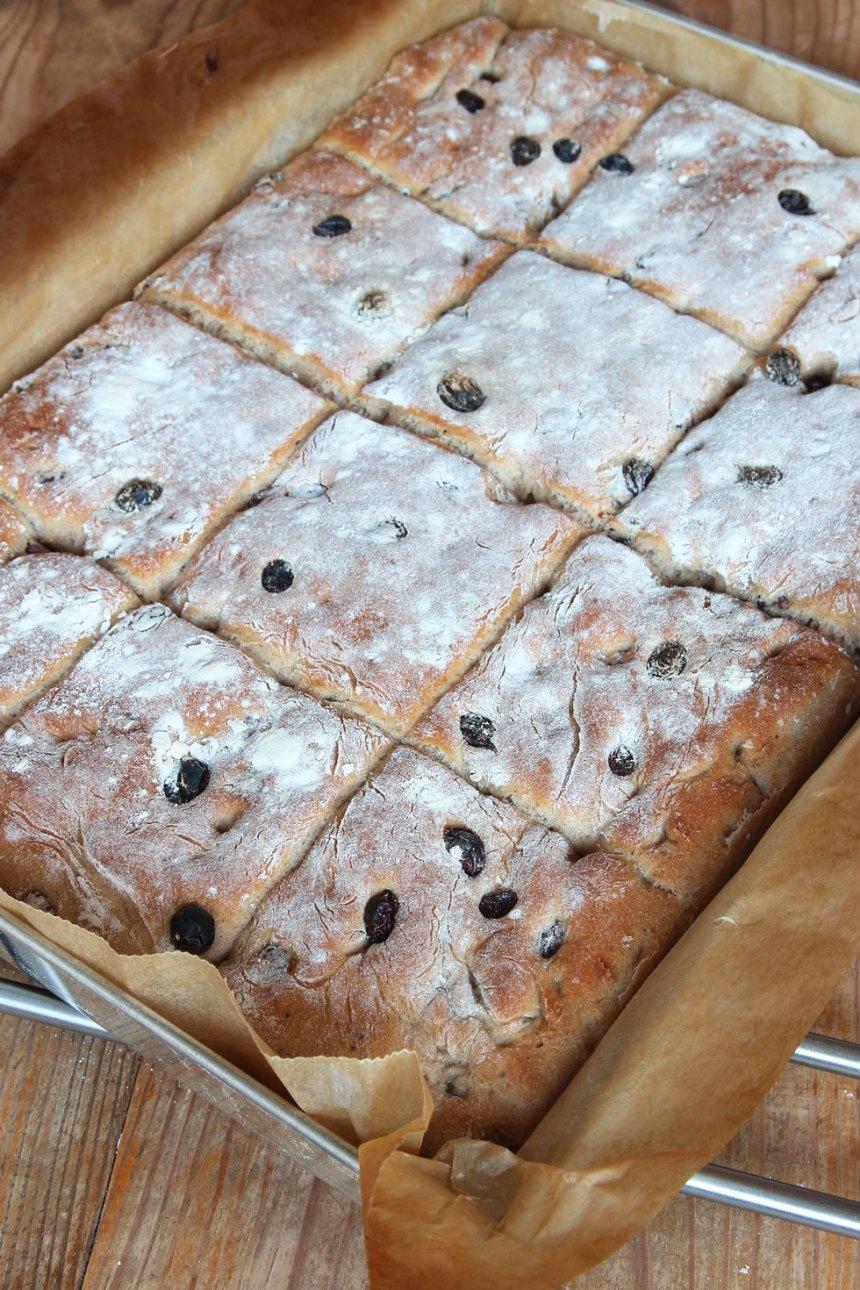 5. Grädda brödet mitt i ugnen i ca 15 min. Låt det svalna i formen.