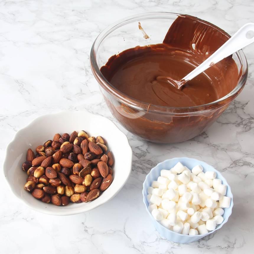 6. Fyllning: Smält chokladen och Nutellan i en skål över vattenbad. Låt den svalna något.