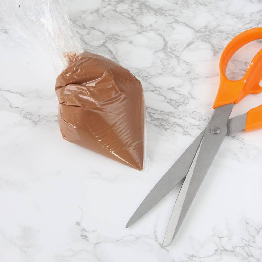 5. Garnering: Smält chokladen och lägg den i en plastpåse. Knyt påsen och klipp ett hål i ena hörnet.