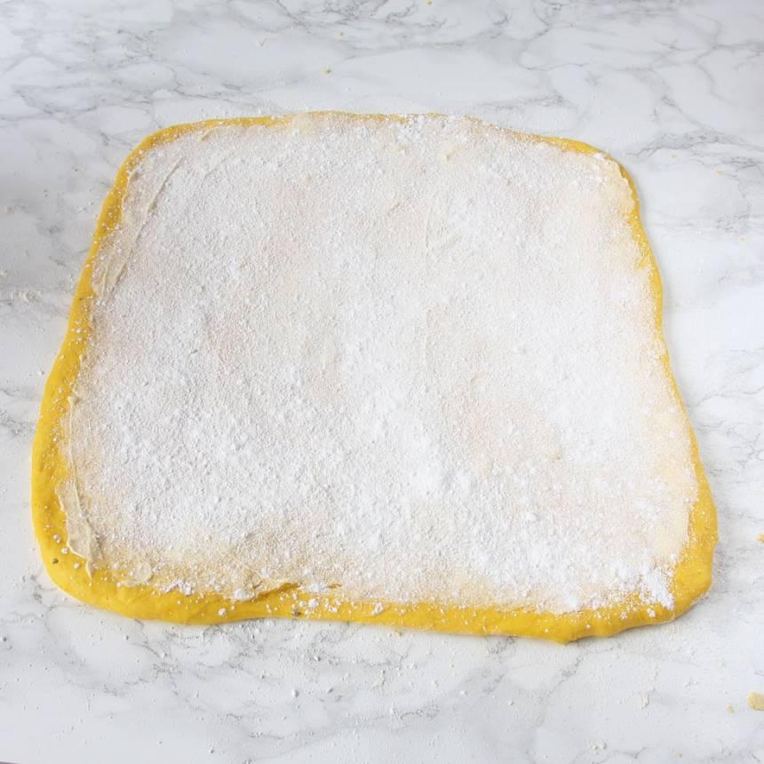 3. Fyllning 1: Bred ut hälften av smöret på degplattan och strö över hälften av strösockret och vaniljsockret (alternativt fyllning 2 eller 3 med mandelmassa eller vit choklad).