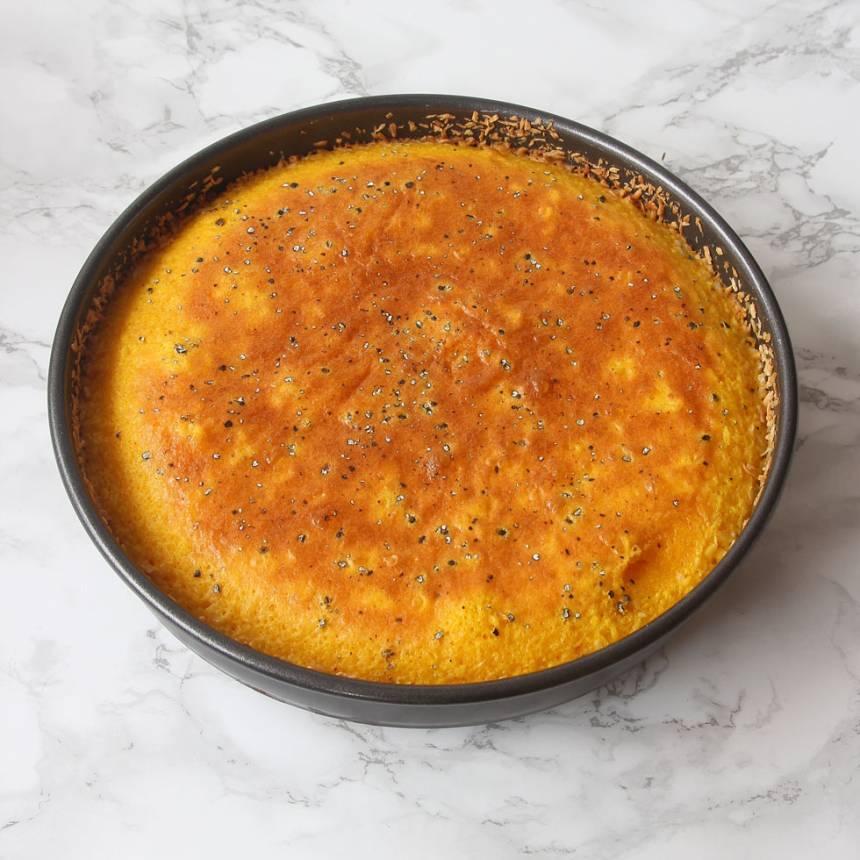 4. Grädda kakan mitt i ugnen i 22–25 min beroende på hur kladdig du vill ha den. Låt den svalna i formen. Pudra ev. kakan med florsocker före servering. Servera den gärna med lättvispad grädde blandad med hallon.