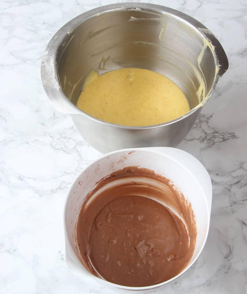 3. Blanda ner saffranet i den störreskålen med mer smet i. Rör om ordentligt. Tillsätt kakao i den mindre skålen och rör om ordentligt.
