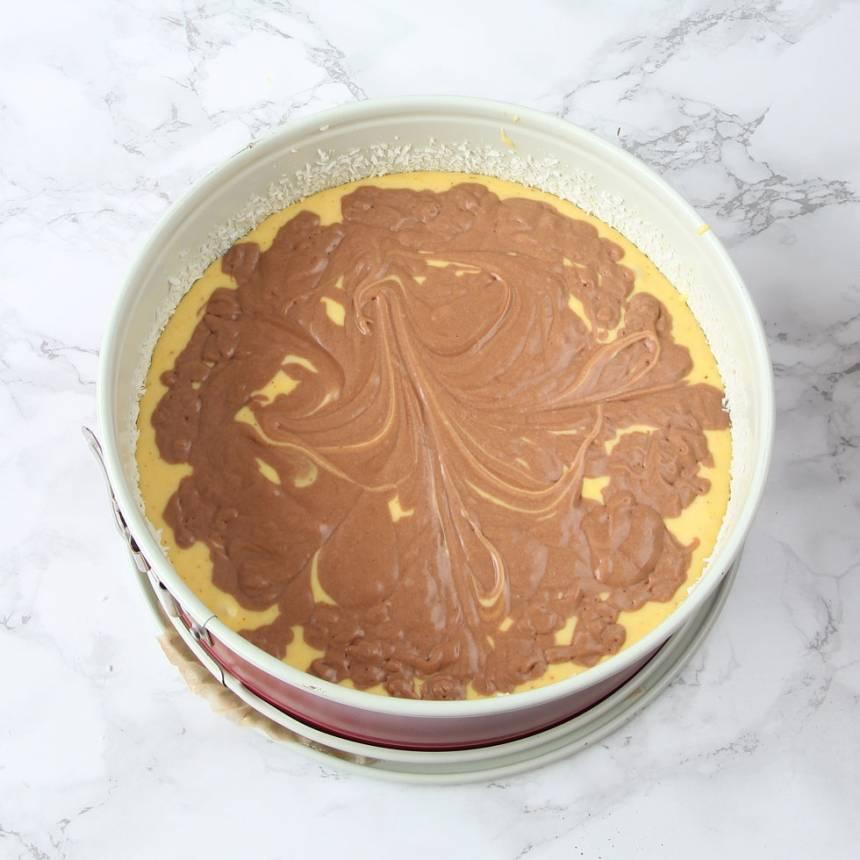5. Ringla över chokladsmeten över saffranssmeten.
