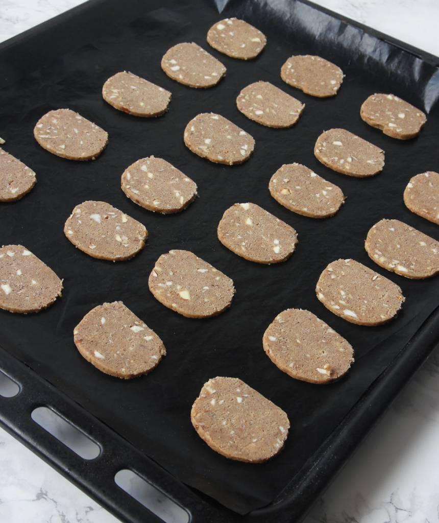 6. Lägg kakorna på en plåt med bakplåtspapper.