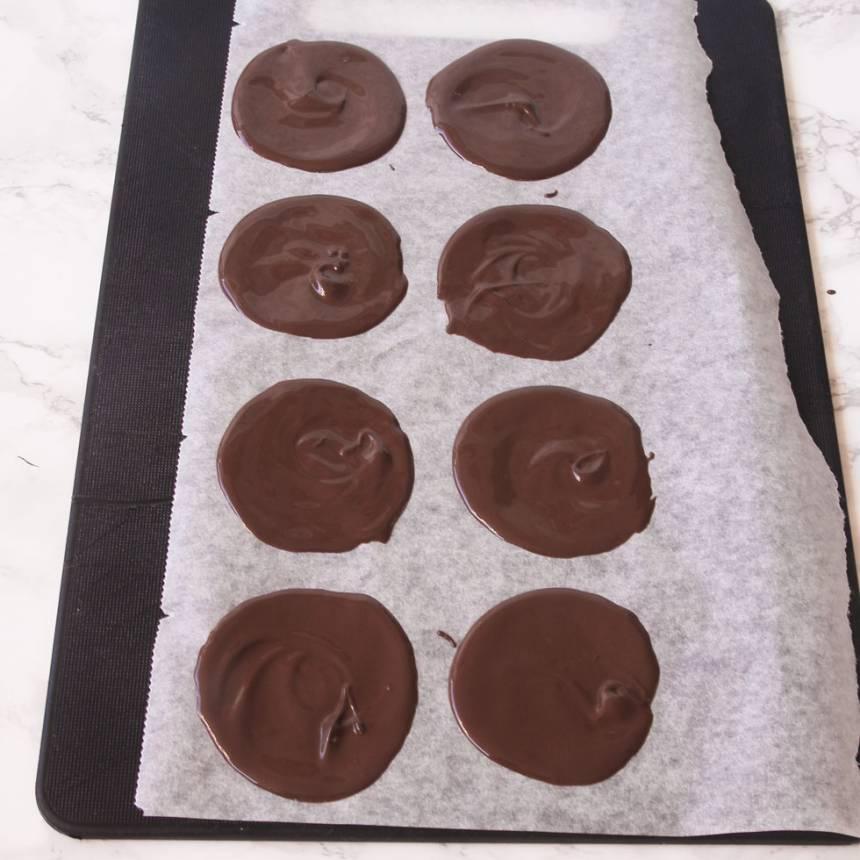 2. Bred ut chokladen tunt till runda plattor, 10–12 cm i diameter på en bricka med bakplåtspapper.