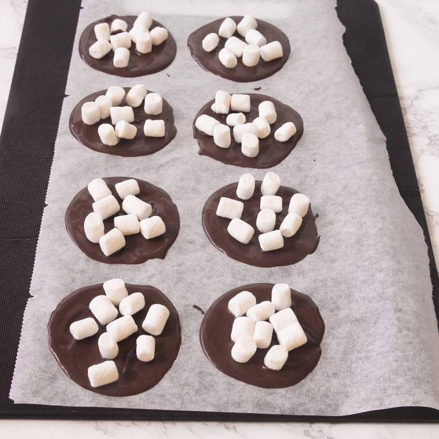 3. Lägg ut minimarshmallows på chokladen. Låt plattorna stelna i kylen. Förvara dem i kylen.