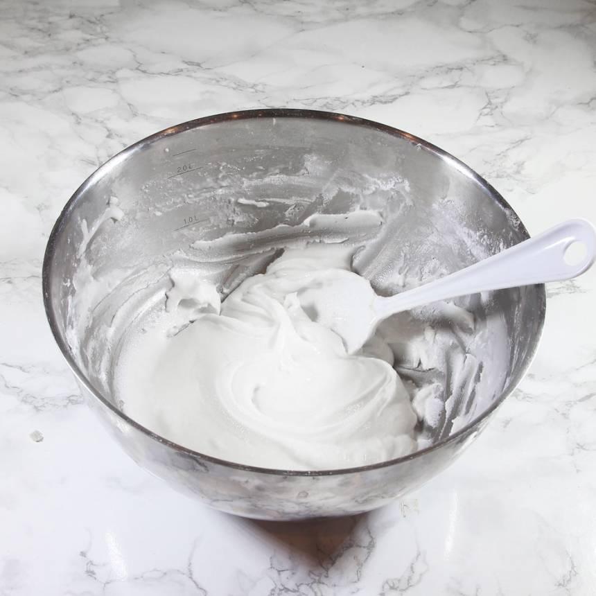 1. Vispa ihop äggvita och pepparmintolja med florsockret, lite i taget. Anpassa mängden så smeten blir relativt fast, men den ska gå att kavla ut.