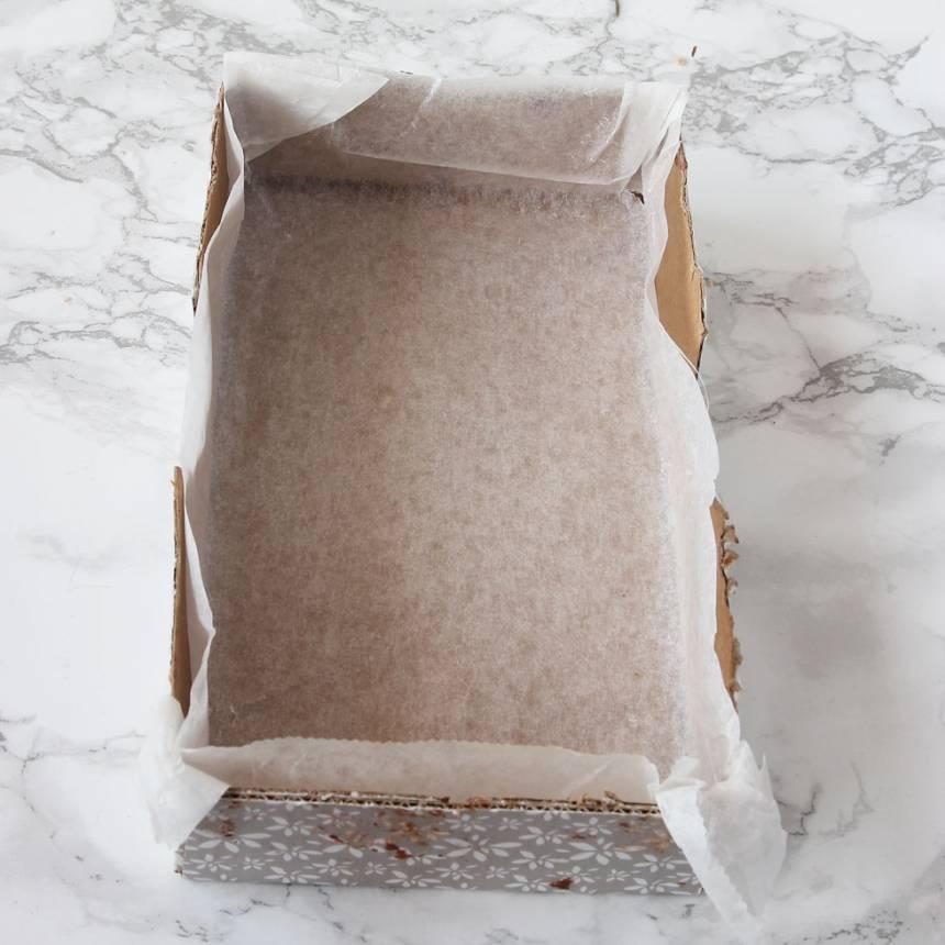 1. Sätt ugnen på 150 grader. Klä en form eller kartong, ca 12 x 16 cm med bakplåtspapper.