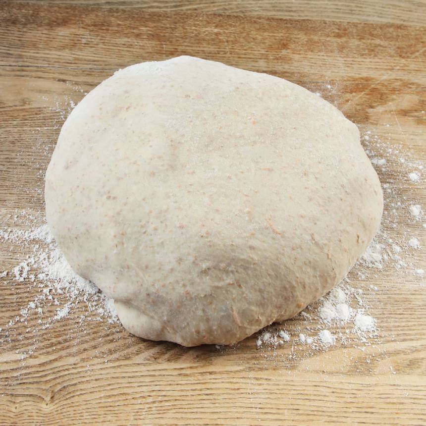 1. Smula ner jästen i en bunke. Tillsätt mjöl och vatten och blanda tills jästen är upplöst. Tillsätt salt, rapsolja, rivna morötter och grahamsmjöl. Blanda ordentligt. Tillsätt vetemjöl, lite i taget och blanda ihop allt till en smidig deg. Knåda den i några minuter. Låt degen jäsa under bakduk i ca 45 min.