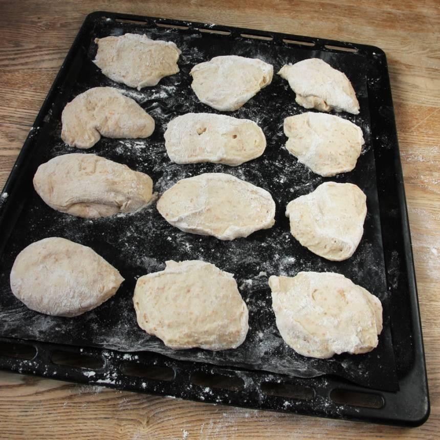 3. Lägg degbitarna på en plåt med bakplåtspapper. Låt dem jäsa under bakduk i ca 30 min. Sätt ugnen på 250 grader.