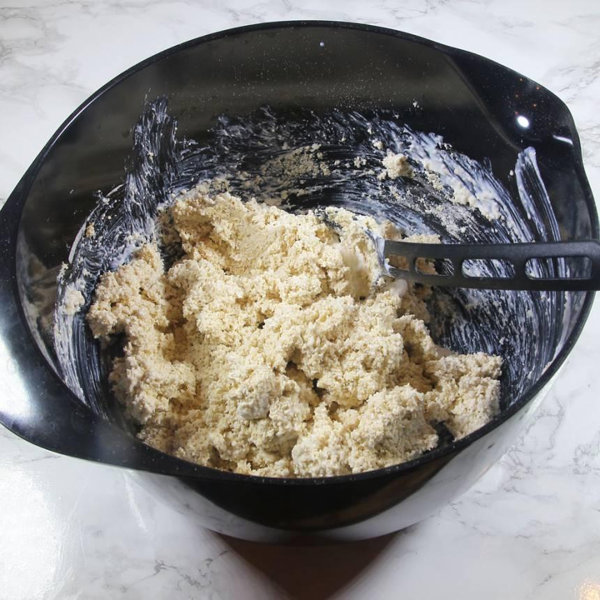2. Blanda de mixade havregrynen, bakpulver, salt och filmjölk i en bunke.