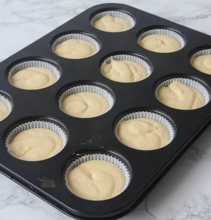 2. Häll smeten i ca 15 muffinsformar beroende på storlek. Fyll dem till 2/3. (Jag har ställt formarna i en muffinsplåt för då behåller de formen bättre, men det funkar utan också).