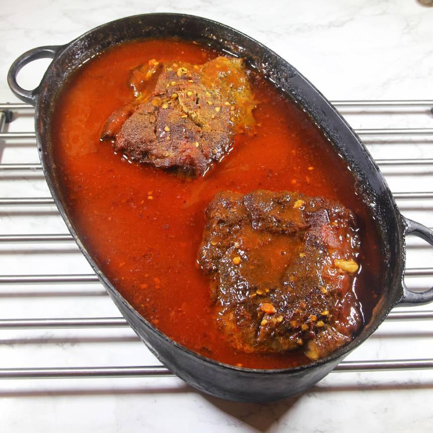 3. Sätt in grytan i ugnen i 10–12 timmar. Köttet är klart när det faller i bitar när man drar isär det med två gafflar.