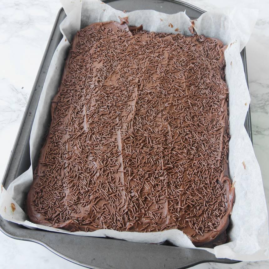 6. Strö chokladströssel över glasyren innan den stelnar. Låt glasyren stelna. Skär kakan i rutor med en vass kniv.