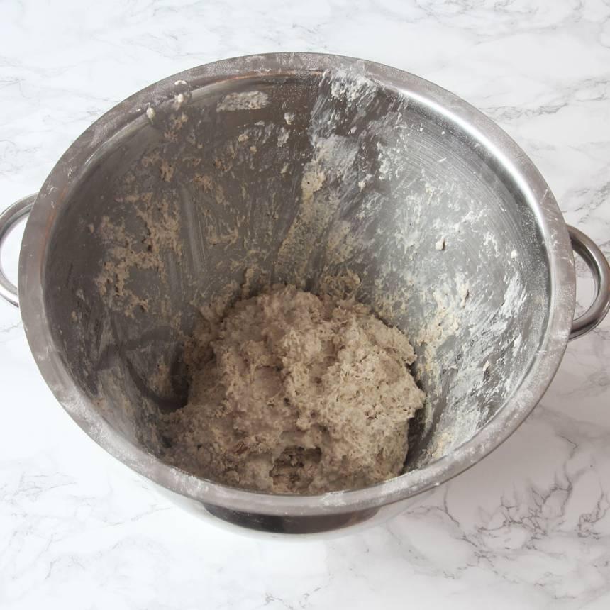 1. Sätt ugnen på 200 grader. Blanda alla torra ingredienser i en bunke. Tillsätt filmjölk och sirap. Rör ihop allt till en kladdig smet.