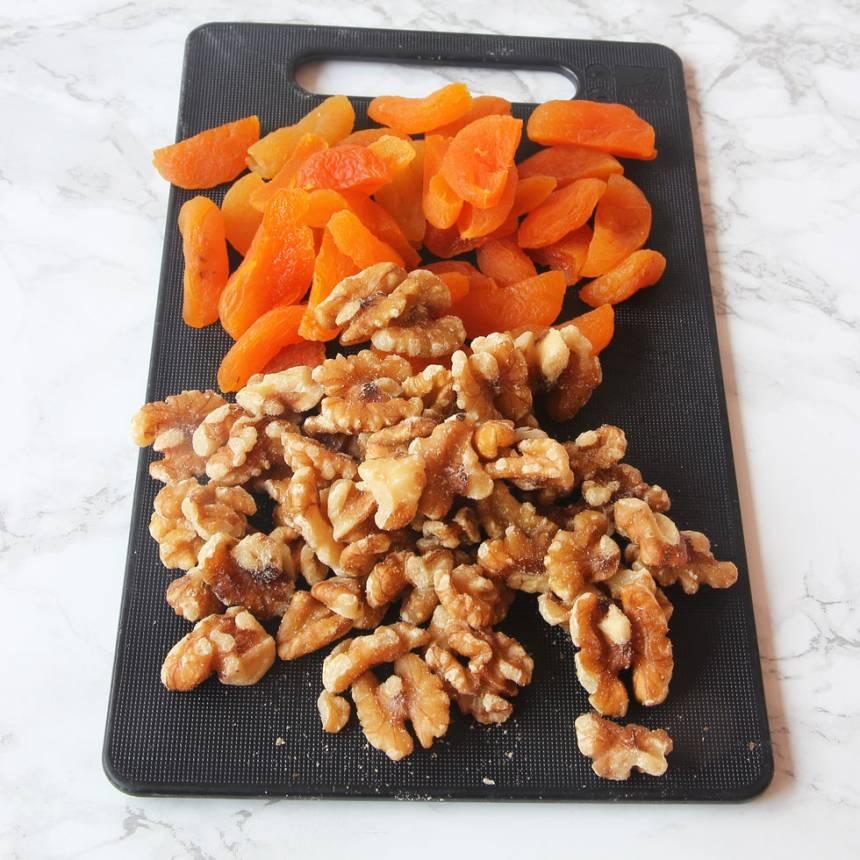 2. Dela aprikoserna på mitten.