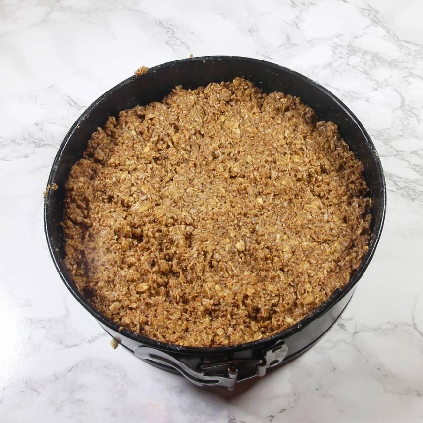 4. Ta upp hälften av smeten som är kvar och sprid ut den ovanpå den ljusa smeten i formen. Tryck till lite lätt så ytan blir slät.