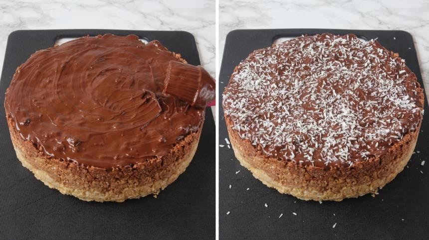 7. Pensla chokladen på ovansidan av chokladbollstårtan. Strö över kokos och låt den stelna i kylen.