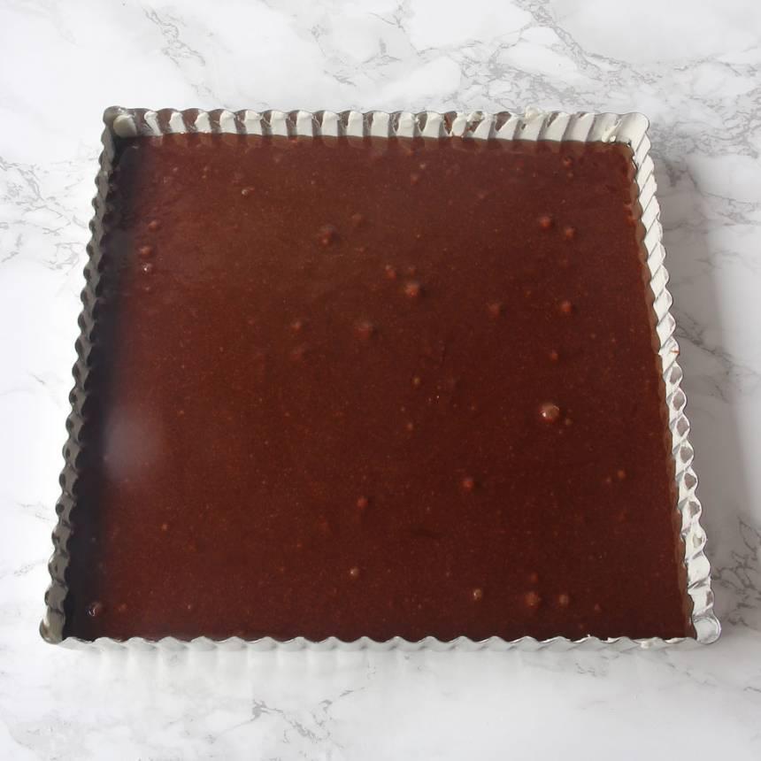 2. Häll smeten i en smord och bröad form, ca 20 x 25 cm.