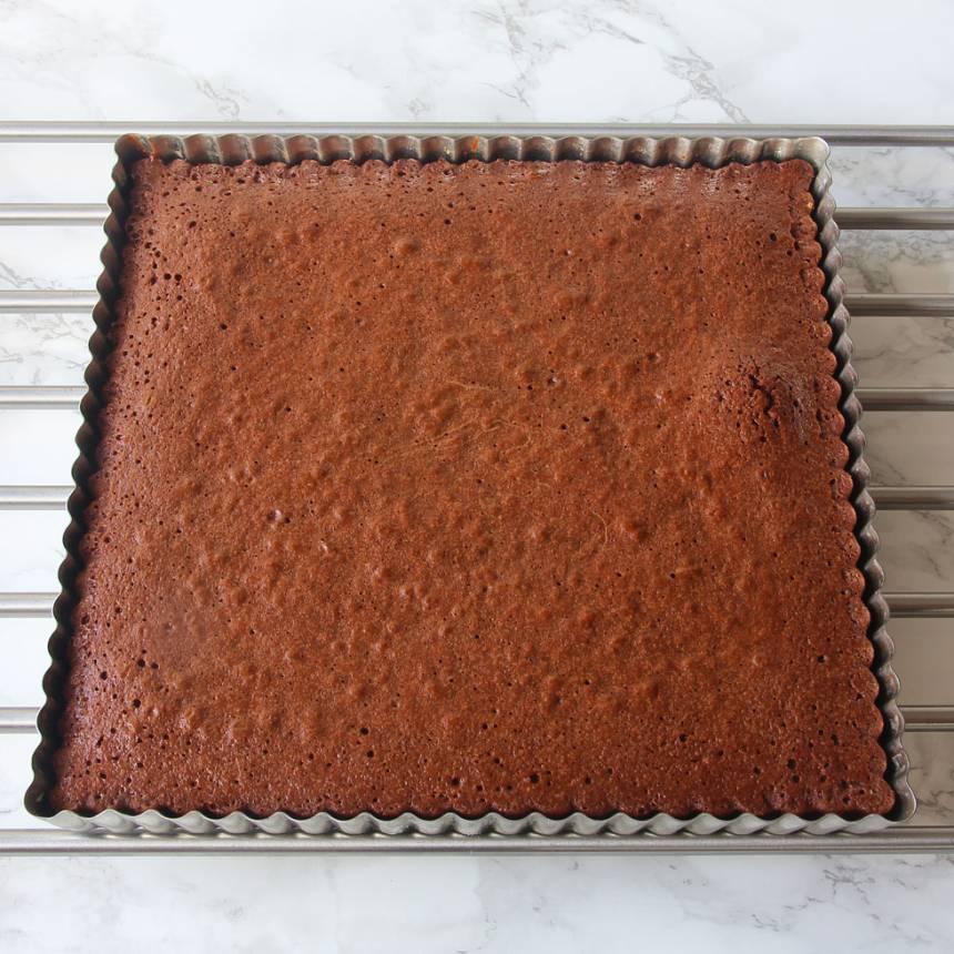 3. Grädda kakan i 20–22 min. Låt den kallna i formen.
