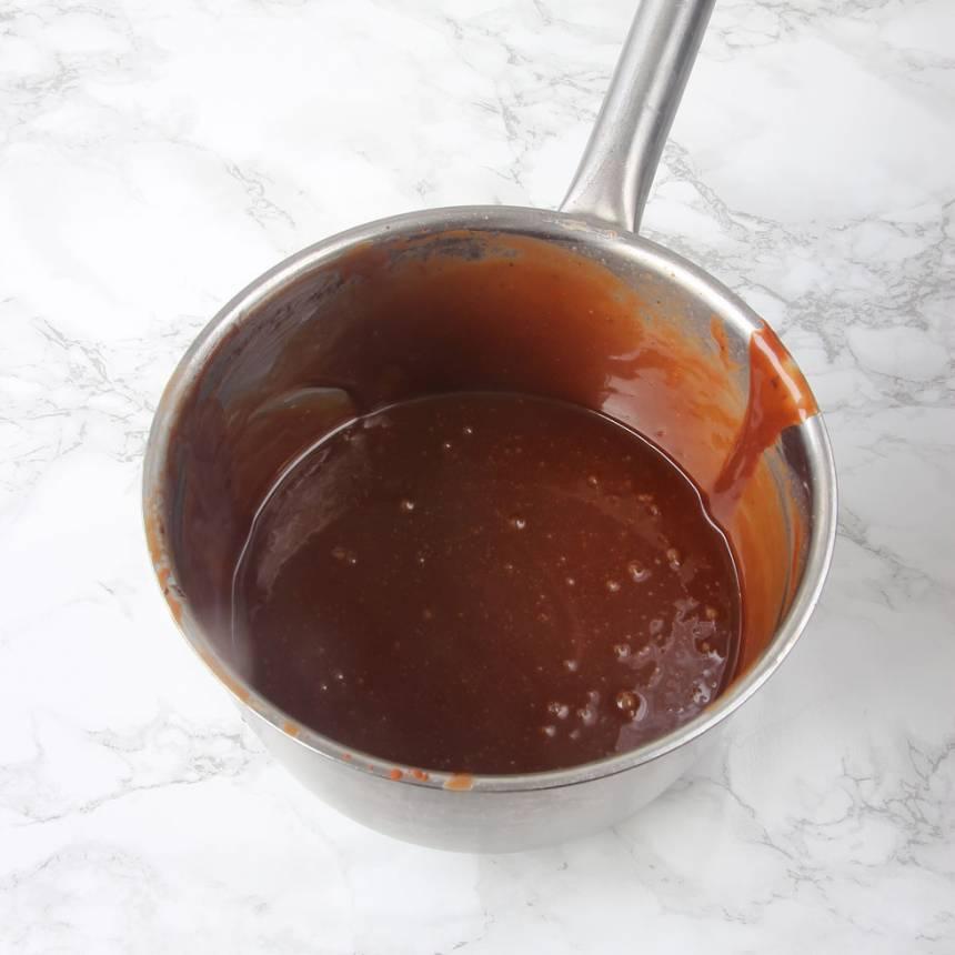 4. Chokladfudge: Blanda alla ingredienserna utom smöret, i en kastrull. Koka upp det och låt det puttra till 123 grader. Tag bort kastrullen från värmen och tillsätt smöret. Blanda till en slät smet.