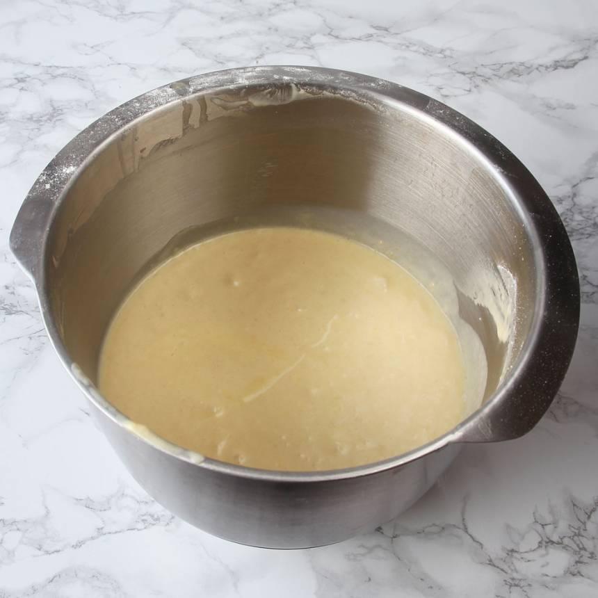1. Sätt ugnen på 180 grader. Vispa strösocker och ägg pösigt i en bunke. Blanda vaniljsocker, bakpulver och vetemjöl. Rör ner det i äggblandningen ihop med smör och mjölk. Rör snabbt ihop allt till en slät smet.