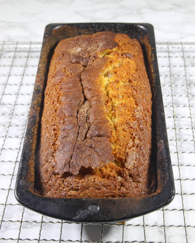 5. Grädda kakan längst ner i ugnen i 42–45 min. Låt den svalna i formen innan du stjälper upp den.