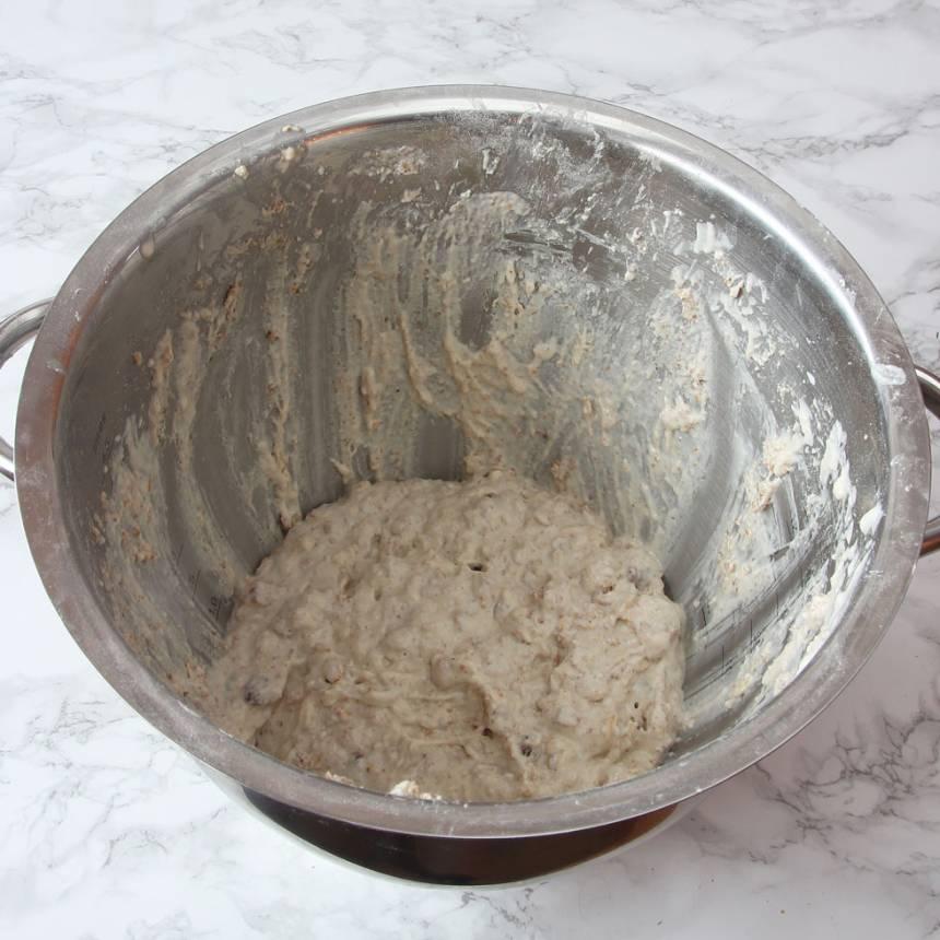 1. Sätt ugnen på 200 grader. Blanda ihop vetemjöl, grahamsmjöl, bikarbonat, salt och filmjölk till en kladdig smet.