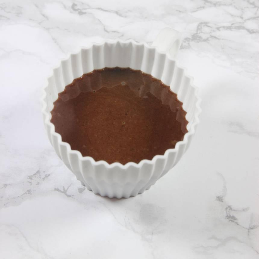 2. Häll smeten i en kaffekopp (eller en portionsskål). Fyll den inte mer än ¾ för annars rinner det över under gräddningen.