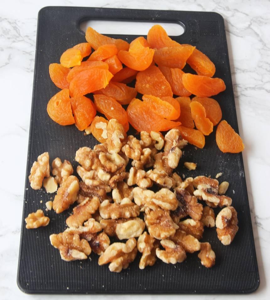 3. Dela aprikoserna i två delar. Bryt sönder valnötterna på mitten.