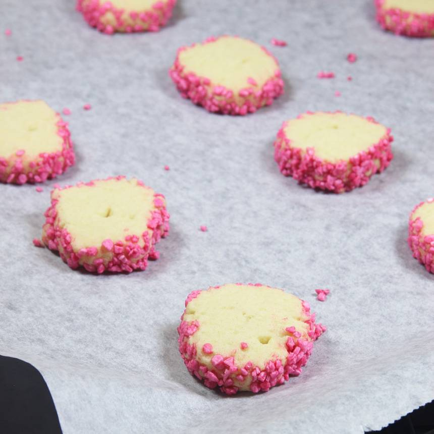 7. Grädda kakorna mitt i ugnen i 14–15 min. Låt dem svalna på plåten.