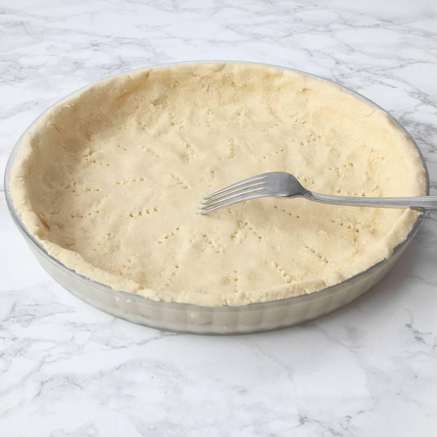 3. Tryck ut degen i en pajform, ca 26 cm i diameter. Nagga bottnen med en gaffel.
