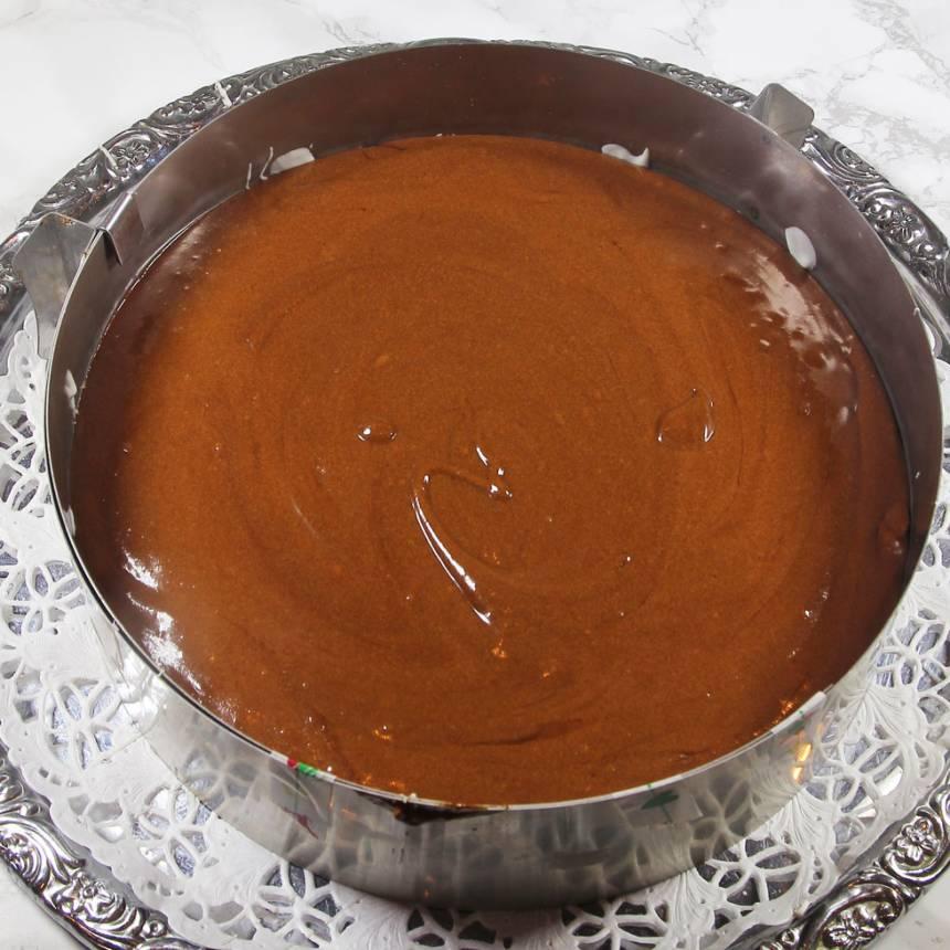 3. Bred ut chokladmoussen på marängbottnen. Ställ den i kylen i 30–60 min för att stelna halvt så det blir lättare att breda på den vita chokladmoussen.