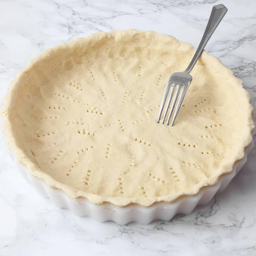 2. Tryck ut degen i en pajform, ca 25 cm i diameter. Nagga botten med en gaffel. Låt den stå i kylen i ca 30 min.