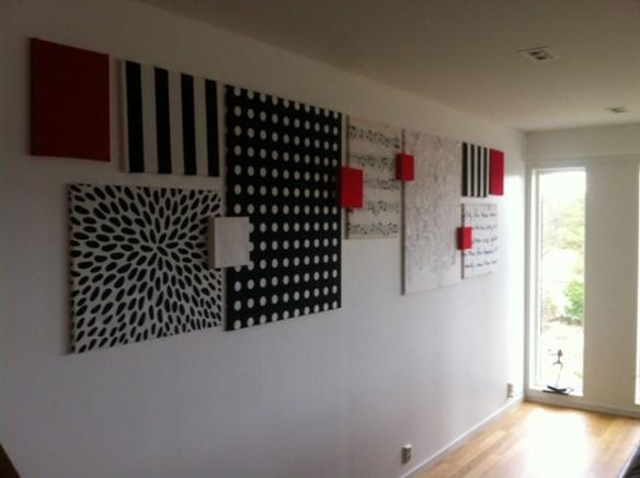 ferdig resultat med bilder på vegg laget av stoff fra IKEA og kilerammer fra Clas Ohlson