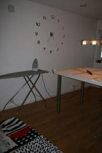 i arbeid med å lage nye bilder til veggen diy